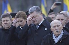 KIEV, de OEKRAÏNE - 28 Nov., 2015: De voorzitter van de Oekraïne Petro Poroshenko en zijn vrouw herdacht de slachtoffers van de h Stock Afbeeldingen