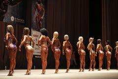 KIEV, de OEKRAÏNE - 7 November, 2015: de lichaamsbouwers leiden coulisse, tijdens de Kop van Kiev van het bodybuilding op Royalty-vrije Stock Afbeeldingen