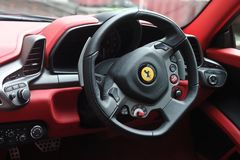 Kiev, de Oekraïne; 2 oktober, 2013 Binnenlands Ferrari 458 Italië stock afbeeldingen