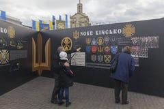 Kiev, de Oekraïne - Oktober 30, 2017: De burgers overwegen historische materialen op Onafhankelijkheidsvierkant Royalty-vrije Stock Afbeeldingen