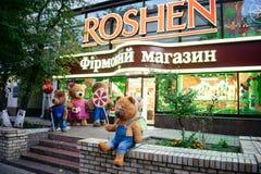 KIEV, de OEKRAÏNE, 19 Oktober: draagt dichtbij show-venster van de Roshen-winkel van de merkbanketbakkerij Het Bedrijf van de Ros royalty-vrije stock afbeelding