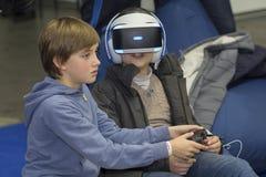 Kiev, de Oekraïne - 08 Oktober 2017: De kinderen worden van de punten van virtuele finality bij de tentoonstelling die van electr stock fotografie