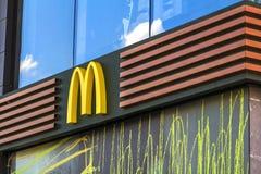 Kiev, de Oekraïne - Oktober 15, 2017: McDonald's-embleem McDonald's is Stock Fotografie