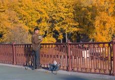 Kiev, de Oekraïne - Oktober 30, 2015: Mens met een hengel die met een brug vissen Royalty-vrije Stock Foto