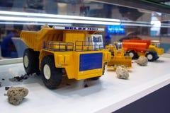 Kiev, de Oekraïne - Oktober 14, 2016: Modellen van Belaz-de productie van stortplaatsvrachtwagens bij de tentoonstellingstribune royalty-vrije stock foto