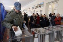 KIEV, de OEKRAÏNE - Oktober 25, 2015: Regelmatig geplande lokale verkiezingen in de Oekraïne stock afbeeldingen