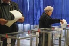 KIEV, de OEKRAÏNE - Oktober 25, 2015: Regelmatig geplande lokale verkiezingen in de Oekraïne Stock Fotografie