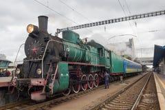 Kiev, de Oekraïne - Oktober 14, 2017: Vertrek van een retro locomotief met Sovjetsymbolen stock foto's