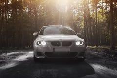 Kiev, de Oekraïne - September 9, 2018 BMW E60 op de bosweg royalty-vrije stock afbeelding