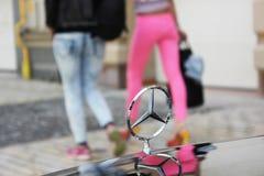 Kiev, de Oekraïne 6 september, 2013 Embleem van Mercedes tegen de achtergrond van meisjes royalty-vrije stock fotografie