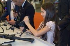 Kiev, de Oekraïne - September 22, 2015: Het meisje onderzoekt het kanon Stock Foto's