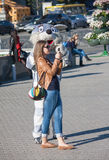 Kiev, de Oekraïne - September 9, 2013: Het meisje wordt gefotografeerd met een animator Stock Fotografie