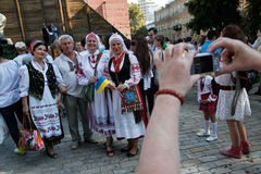 KIEV, de OEKRAÏNE - September 26, 2015: Maart in vyshyvankas in Kiev van de binnenstad Stock Foto's