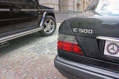 Kiev, de Oekraïne 6 september, 2013 De Wolf van Mercedes E500 W124 op de achtergrond van mooie oude huizen royalty-vrije stock fotografie