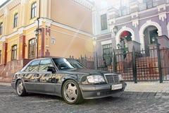 Kiev, de Oekraïne 6 september, 2013 De Wolf van Mercedes E500 W124 op de achtergrond van mooie oude huizen stock fotografie