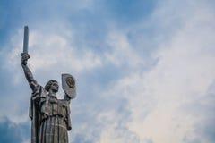 Kiev, de Oekra?ne 8 04 2019 Het monument het Vaderland met zwaard en raad van metaal is van de USSR Groot Standbeeld royalty-vrije stock foto's