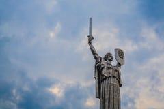 Kiev, de Oekra?ne 8 04 2019 Het monument het Vaderland met zwaard en raad van metaal is van de USSR Groot Standbeeld royalty-vrije stock afbeeldingen