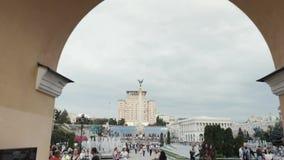 Kiev, de Oekra?ne Het onafhankelijkheidsvierkant, Maidan Nezalezhnosti, met Lyadsky-Poort en Goud plateerde bronsstandbeeld van A stock footage
