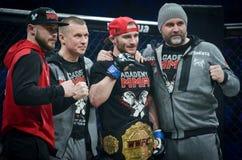 Kiev, de Oekra?ne - Maart 02, 2019: Mikhail Odintsov-de mmavechters winnen Kampioensriem WWFC en vieren overwinning tijdens WWFC  stock fotografie