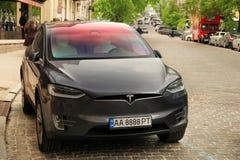 Kiev, de Oekra?ne - Mei 3, 2019: Tesla Model X op de straat van het kapitaal stock foto