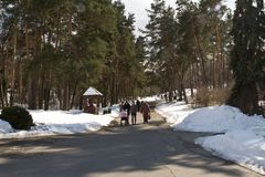 Kiev, el 24 de marzo de 2018, Ucrania La gente está caminando en un parque de la primavera cerca de Kiev Invierno Backroad Imagen de archivo libre de regalías