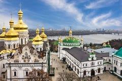 Kiev em Ucrânia Pechersk Lavra Monastery e panoram de Dniepr do rio foto de stock