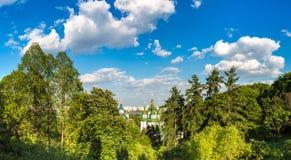 Kiev en Vydubychi-Klooster royalty-vrije stock foto