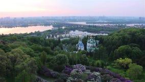 Kiev, jardin botanique, monastère ionien, lilas, vue aérienne banque de vidéos
