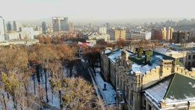Kiev, Kyiv, de Oekraïne - November 18, 2018: Satellietbeeld van Mooie landschappen van Kiev, oude architectuur De winter stock footage