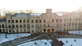 KIEV, KYIV, UCRÂNIA - 18 DE NOVEMBRO DE 2018: Vista aérea de uma construção velha de Taras Shevchenko National University dentro filme