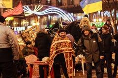 KIEV (KYIV), UKRAINA - DECEMBER 4, 2013: Euromaidan personer som protesterar r Arkivfoton