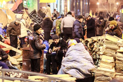 KIEV (KYIV), UKRAINA - DECEMBER 4, 2013: Euromaidan personer som protesterar r Royaltyfri Foto