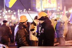 KIEV (KYIV), UKRAINA - DECEMBER 4, 2013: Euromaidan personer som protesterar r Fotografering för Bildbyråer