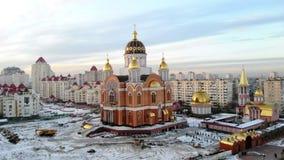 KIEV KYIV, UKRAINA - NOVEMBER 18, 2018: Flyg- sikt av stadslandskapet, härlig stor domkyrka, kyrkligt som är modern stock video