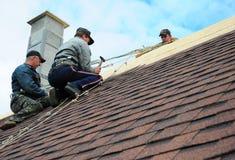 KIEV - L'UKRAINE, JANVIER - 11, 2017 : Construction de toiture Les couvreurs installent la toiture de nouvelle maison avec Asphal photo stock