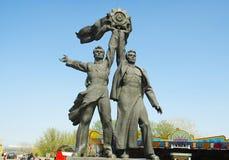 kiev l'ukraine Sculpture en bronze de deux travailleurs Photos libres de droits