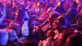 Kiev, le 13 mars 2018, l'Ukraine Les spectateurs dans le hall observent un concert dans une des salles de concert de Kiev clips vidéos