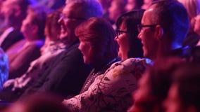 Kiev, le 13 mars 2018, l'Ukraine Les spectateurs dans le hall observent un concert dans une des salles de concert de Kiev banque de vidéos