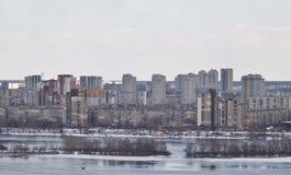 Kiev, le 24 mars 2018, l'Ukraine Vue de la ville et des immobiliers par la rivière d'hiver dans la glace Image stock
