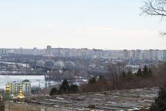 Kiev, le 24 mars 2018, l'Ukraine Vue de la ville et des immobiliers par la rivière d'hiver dans la glace Photos stock