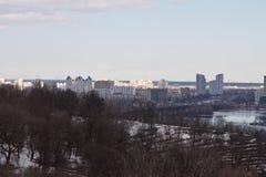 Kiev, le 24 mars 2018, l'Ukraine Vue de la ville et des immobiliers par la rivière d'hiver dans la glace Photographie stock libre de droits