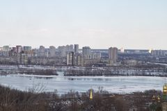Kiev, le 24 mars 2018, l'Ukraine Vue de la ville et des immobiliers par la rivière d'hiver dans la glace Photos libres de droits