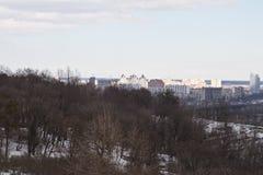 Kiev, le 24 mars 2018, l'Ukraine Vue de la ville et des immobiliers par la rivière d'hiver dans la glace Image libre de droits