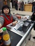 Kiev, 6 Maart, 2018, de Oekraïne De kassier in de opslag Het meisje wordt berekend voor de goederen door creditcard royalty-vrije stock foto's