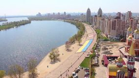 Kiev Obolon område Stor ukrainsk flagga Flyg- stad för Dnieper invallning 2 arkivfilmer