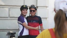 Kiev/Oekraïne-Juni, 1 Aantrekkelijk gelukkig paar van 2019 glimlacht en lacht aan de camera bij fietsparade Langzame Motie Het ci stock videobeelden