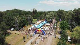Kiev/Oekraïne-Juni, 1 Lucht de hommelmening van 2019 van recreatief en speelgebied in groen park met afwerkingslijn bij Fietsdag stock footage