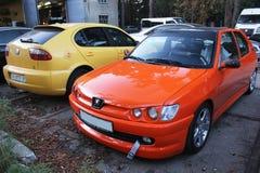 kiev 2013 3 Oktober Comboauto's Peugeot en Seat tegen andere auto's stock afbeelding