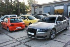 kiev 2013 Październik 3 Combo samochody Audi A8, Peugeot i Seat przeciw innym samochodom obrazy royalty free