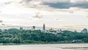 Kiev Pechersk Lavra en Wolken stock videobeelden